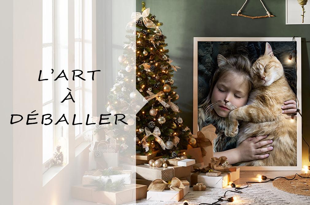 Arbre de Noël avec lumières et cadeaux, une photographie d'une fillette et d'un chat au mur.