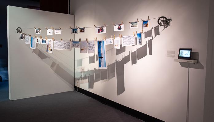 photo d'une installation photographique photo-vidéo conçue à partir d'images reproduites sur des morceaux de tissus accrochés à une corde à linge
