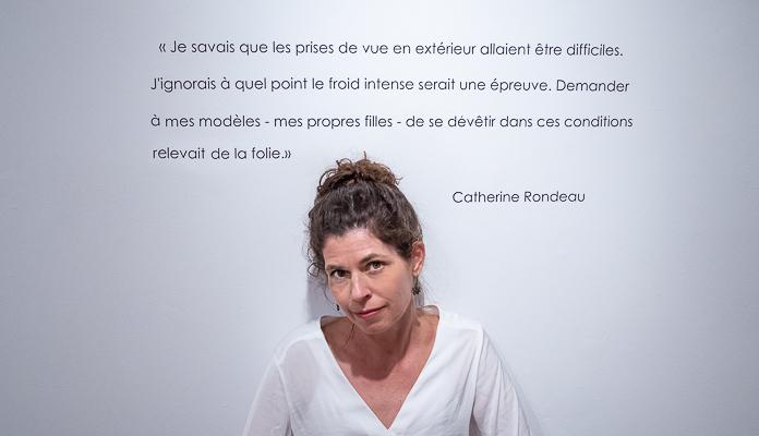 photo de l'artiste photographe Catherine Rondeau sous du texte en salle d'exposition à Mont-Laurier