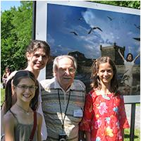 portrait de groupe avec l'artiste Catherine Rondeau, ses deux filles et le photographe Antoine Desilets