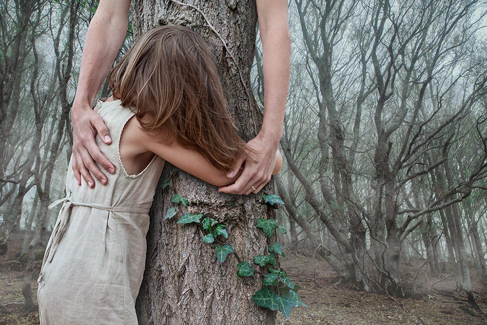 Photomontage d'une enfant qui enlace un arbre aux bras de femme