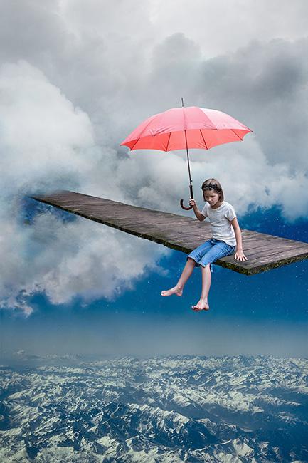 Photo montage d'une enfant assise sur un passage dans les nuage contemplant les montagnes sous ses pieds